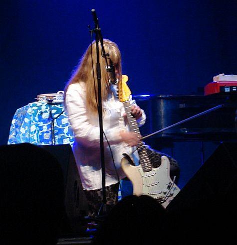 Rickie Lee Jones, bow on guitar