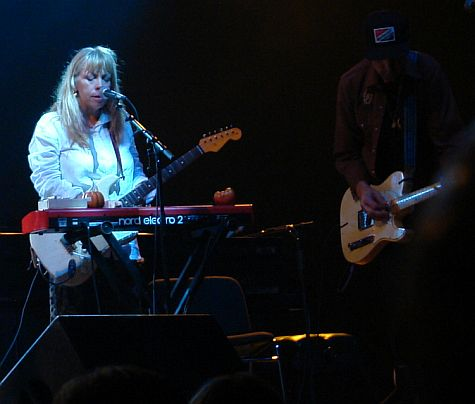 Rickie Lee Jones, on keyboard