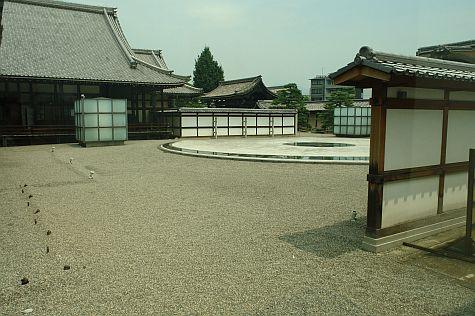 20070724_Hillwalker_Higashi-Hongan-Ji_east_courtyard.jpg