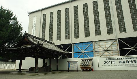 20070724_Hillwalker_Higashi-Hongan-Ji_founders_hall_construction.jpg