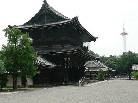 20070724_Hillwalker_Higashi-Hongan-Ji_view_east.jpg