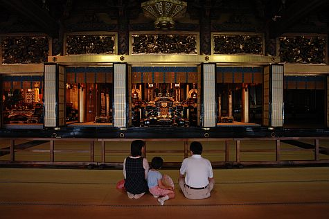 20070724_Nishi-Hongan-Ji_founders_hall_altars.jpg