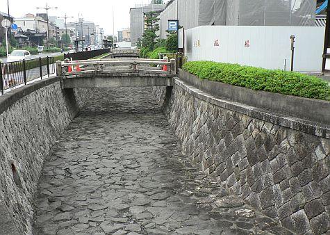 20070724_Nishi-Hongan-Ji_moat.jpg