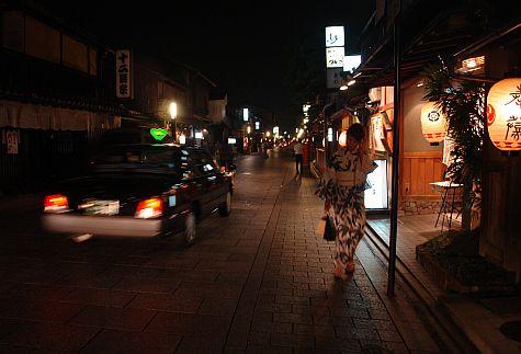 20070725_Gion_street_south_maiko.jpg