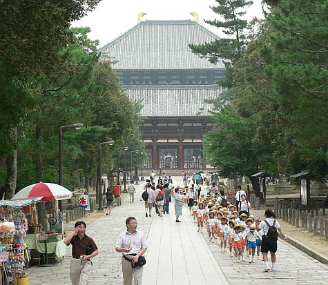 20070725_Toda-Ji_walk_gate_children.jpg