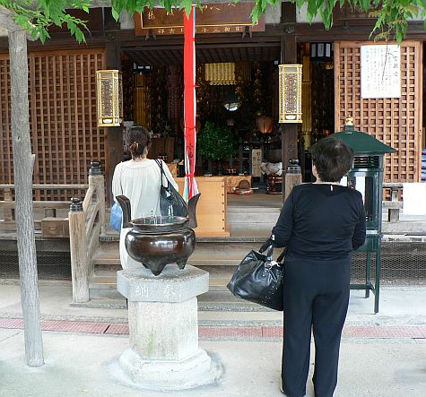 20070725_Kofuku-Ji_offering_hall_urn.jpg