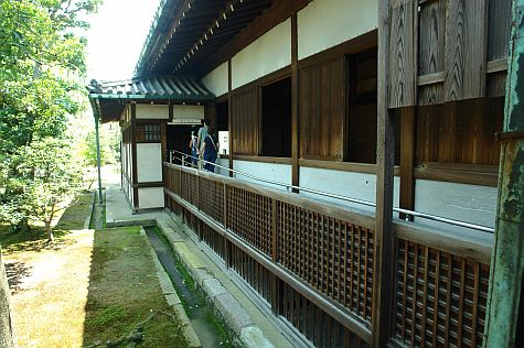 20070726_Nijo_Ninomaru_Palace_courtyard_windows.jpg