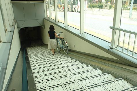 20070804_Tamachi_station_bicycle_down.jpg