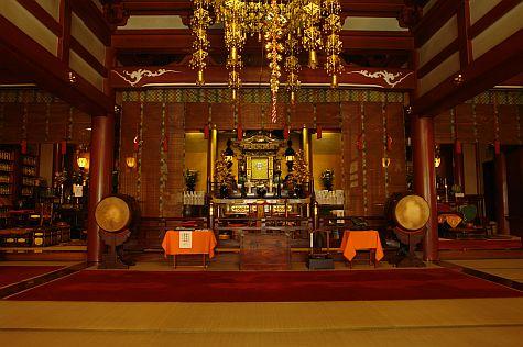 20070811_Ameyoko_Tokudai-ji_altar_central.jpg