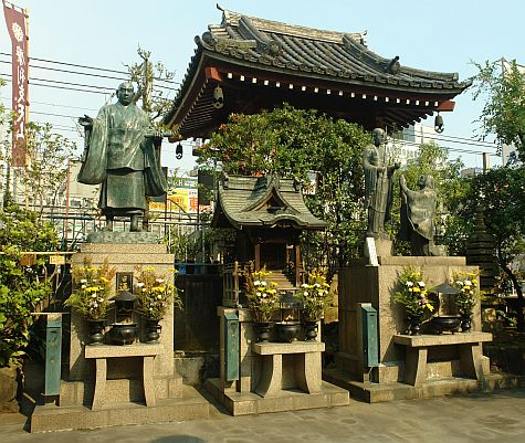 20070811_Ameyoko_Tokudai-ji_statues.jpg