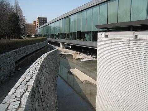 DI_20080303_Tokyo_MoT_south_moat.jpg