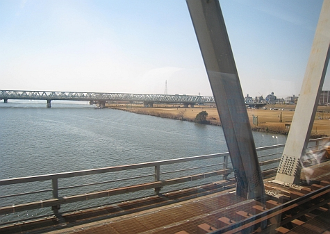 DI_20080307_Keisei_Skyliner_crossing_river.jpg