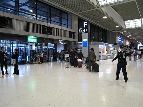 DI_20080307_Narita_airport_Air_China_queue.jpg