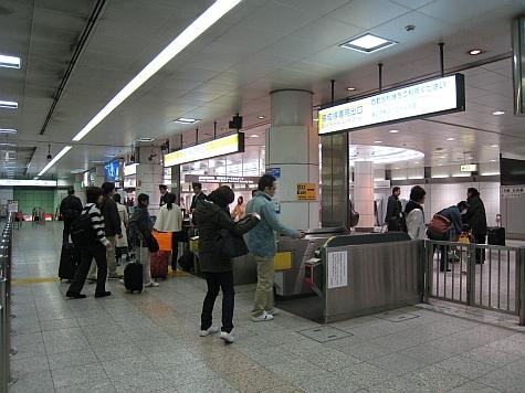 DI_20080307_Narita_airport_turnstiles.jpg