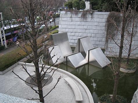 DI_20080307_Tokyo_Metro_Gov_moat_sculpture.jpg