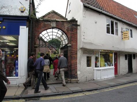 DI_20080910 112540 York HolyTrinityGoodramgateChurch gate